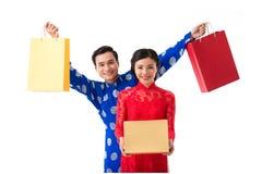 Paare mit Tet-Geschenken lizenzfreie stockfotografie