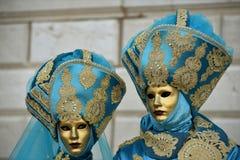 Paare mit venetianischen Kostümen, Venedig, Karneval lizenzfreie stockbilder