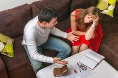 Paare mit vielen Schulden und Rechnungen - Familienbudgetkonzept stockbilder