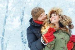 Paare mit Wunderkerzen draußen Lizenzfreies Stockfoto
