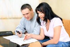 Paare mit Zeitung Lizenzfreies Stockbild