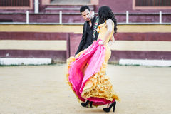 Paare, Modelle der Mode, in einer Stierkampfarena lizenzfreie stockbilder