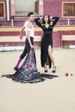 Paare, Modelle der Mode, in einer Stierkampfarena stockbilder