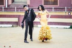 Paare, Modelle der Mode, in einer Stierkampfarena stockfotos