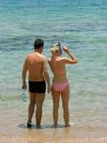 Paare nähern sich dem Meer stockfotos