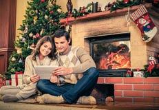 Paare nähern sich Kamin Stockbilder