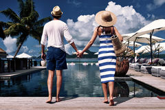 Paare nähern sich Poolside stockfoto