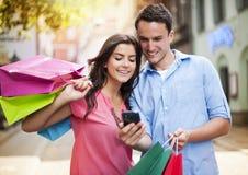 Paare nach dem Einkauf Stockfotografie