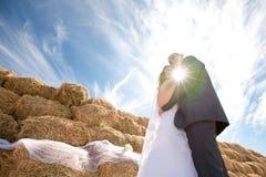 Paare nahe dem Heu Stockbilder
