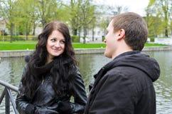 Paare nahe dem Teich Stockbild