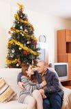 Paare nahe einem Weihnachtsbaum Stockbild