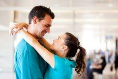 Paare nehmen am Flughafen Abschied Lizenzfreie Stockfotografie