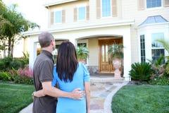 Paare am neuen Haus Stockfotografie