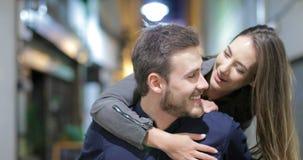 Paare oder Freunde, die in der Nacht in der Straße scherzen stock video footage