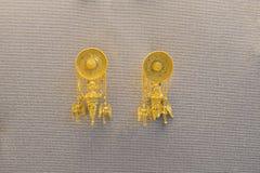 Paare Ohrringe hergestellt von einer goldenen Schallplatte und pyramic Lizenzfreies Stockbild