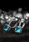 Paare Ohrringe mit Edelsteintopas und Diamanten auf schwarzem backgroun Lizenzfreie Stockbilder