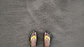 Paare Pantoffel auf Strand Stockfoto