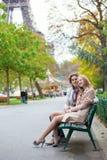 Paare in Paris durch den Eiffelturm Stockfotografie