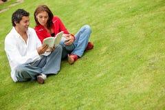 Paare am Park Lizenzfreie Stockbilder