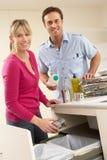 Paare Recyling Abfall zu Hause Stockfotos