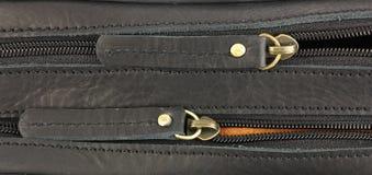 Paare Reißverschlüsse auf der schwarzen Ledertasche, eine hinten stockfotografie
