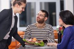 Paare am Restaurant Stockfoto