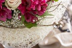 Paare Ringe auf Niederlassung des Blumenstraußes Lizenzfreie Stockbilder