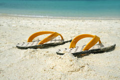 Paare Sandalen auf Strand Stockbild