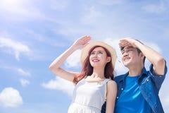 Paare schauen irgendwo Stockbilder
