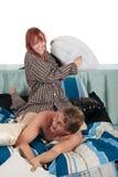 Paare, Schlafzimmerkissenkampf Stockfoto