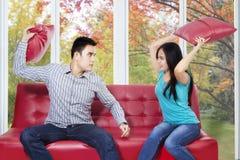 Paare schlugen sich mit Kissen Lizenzfreie Stockbilder