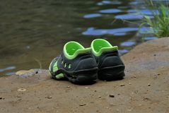 Paare Schuhe auf Schlamm Stockbild