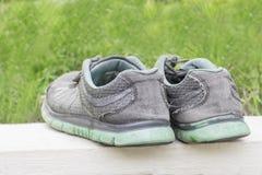 Paare Schuhe in der hinteren Ansicht und im grünen Hintergrund Lizenzfreies Stockfoto