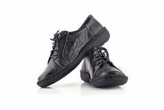 Paare Schuhe der schwarzen ledernen Frauen über Weiß Lizenzfreies Stockbild