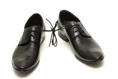 Paare Schuhe des schwarzen Mannes zusammen gebunden auf Weiß Stockbilder
