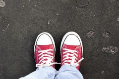 Paare Schuhe, die auf einer Straße stehen Stockbild
