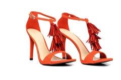 Paare Schuhe Orage-hohen Absatzes lokalisiert auf Weiß Stockfoto