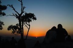 Paare silhouettieren bei Sonnenaufgang in Brasilien Stockfoto