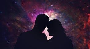 Paare silhouettieren das Betrachten von Sternen, Kosmoshintergrund stockbild