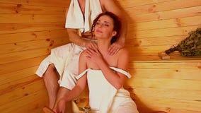 Paare sind an der Sauna entspannend stock video