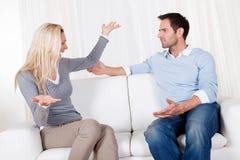 Paare sind heraus über einen Widerspruch gefallen Stockbilder