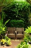 Paare sitzen im Garten vor Stockbild