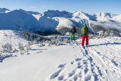 Paare Skifahrer im Winter in den Bergen Lizenzfreies Stockbild