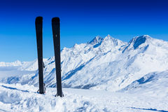 Paare Skis im Schnee Winterferien Stockfotos