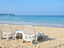 Paare Sonnenruhesessel auf dem Strand Lizenzfreies Stockbild