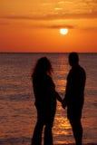 Paare am Sonnenuntergang lizenzfreies stockbild