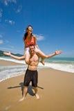 Paare spielerisch durch den Strand stockfoto