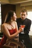 Paare am Stab mit Getränken. Lizenzfreie Stockfotografie
