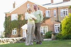Paare stehend außerhalb ihres Hauses Stockfotografie