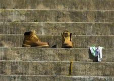 Paare Stiefel auf konkreten Schritten stockfotografie